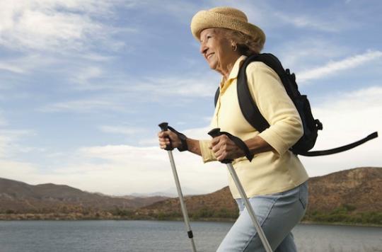 senior femme marche